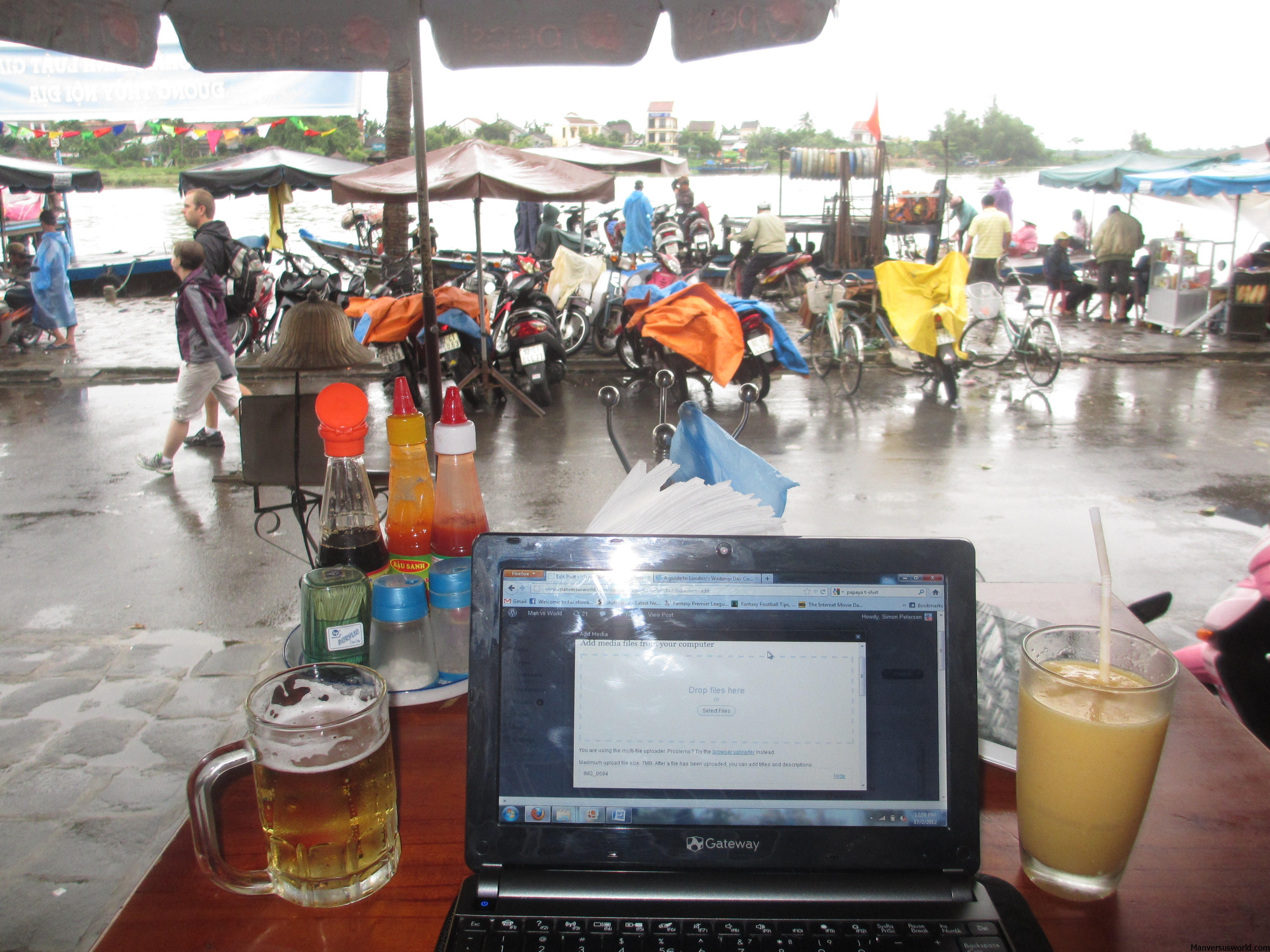 Blogging with a beer in Hoi An, Vietnam